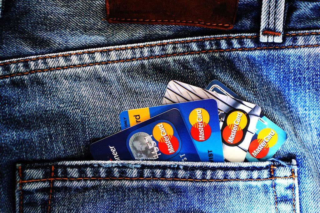 クレジットカードや証券口座は作るべき